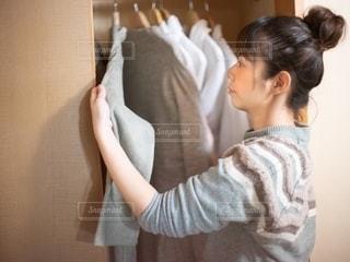 クローゼットの洋服を選んでいる女性の写真・画像素材[2733995]