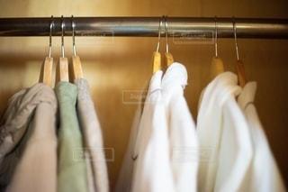 クローゼット内の衣類のクローズアップの写真・画像素材[2734008]