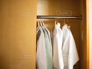 クローゼットに収納されている洋服の写真・画像素材[2734015]