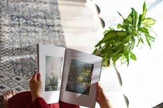 リビングで雑誌を読む女性の手の写真・画像素材[2775392]