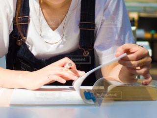 大学の授業でノートをとっている女性の手の写真・画像素材[2803627]