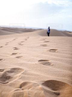 サハラ砂漠の砂と足跡と人物の写真・画像素材[2834319]