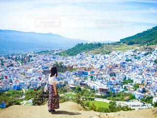 モロッコのシャウエンの街並みを見つめる女性の写真・画像素材[2834320]