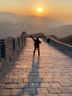 男性,空,屋外,海外,太陽,朝日,世界遺産,山,影,光,人物,人,旅行,中国,日の出,海外旅行,万里の長城,初日の出