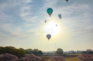 風景,空,桜,屋外,太陽,朝日,雲,青空,気球,光,日の出