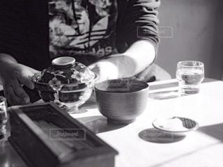 定食屋で食事を摂る人物と、どんぶりの写真・画像素材[2876237]