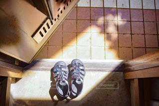 アパートの玄関に置かれた靴の写真・画像素材[2876233]