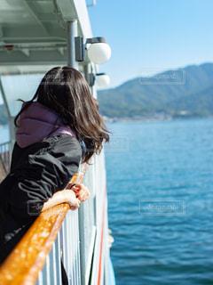 水域フェリーに乗っている女性と海の写真・画像素材[2897590]
