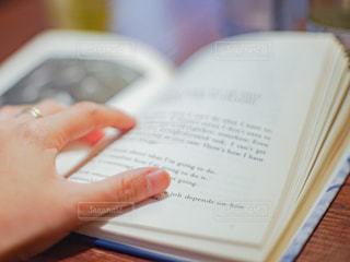 英語の本を開いている女性の手の写真・画像素材[2897843]