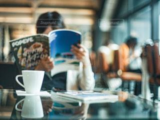 カフェでコーヒーを読みながら読書をする女性の写真・画像素材[2897840]