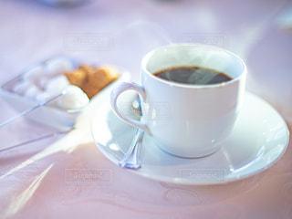 ホットコーヒーと角砂糖のテーブルフォトの写真・画像素材[2897928]