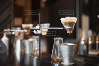 カウンターのうえでドリップされているコーヒーの写真・画像素材[2897930]