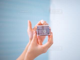パーフェクトワンを持って指につける女性の写真・画像素材[2920071]