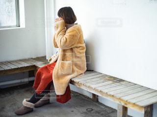 バス停のベンチに座っている女性の写真・画像素材[2932832]