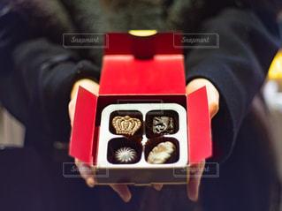 バレンタインチョコを持っている女性の手の写真・画像素材[2937614]