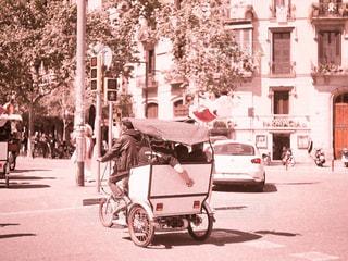 信号を横断する三輪車を運転している男性の写真・画像素材[2940009]