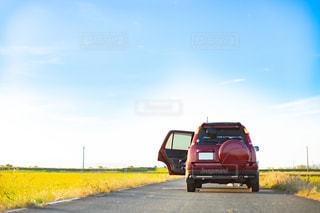 田舎の道路に停車されているドライブ中の車の写真・画像素材[3005561]
