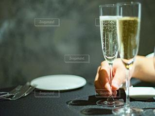シャンパングラスを持つ人の手のクローズアップの写真・画像素材[3054576]