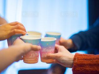 ホームパーティーで乾杯している人々の手の写真・画像素材[3054577]