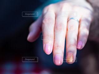 ネイルをしている女性の手のクローズアップの写真・画像素材[3054647]