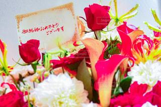 花束とメッセージカードの写真・画像素材[3089119]