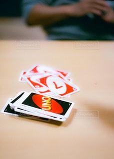 テーブルの上に置かれたカードゲームと人の手の写真・画像素材[3097377]