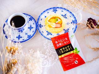 サラシアゴールドとケーキとコーヒーとドライフラワーの写真・画像素材[3108318]