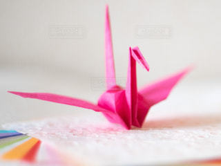 カラフルな和紙の上に置かれた折り鶴の写真・画像素材[3141221]