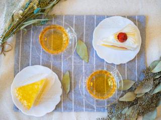 テーブルの上のケーキとティーとリーフの写真・画像素材[3310355]