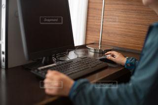 パソコンを操作する人の写真・画像素材[3332443]