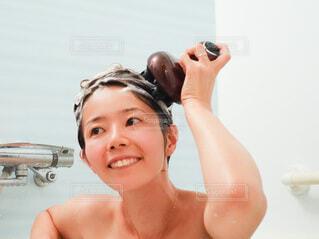 お風呂でヘッドスパをしている女性の写真・画像素材[3618154]