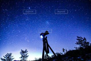 夜空の星を撮影しているカメラの写真・画像素材[3639377]