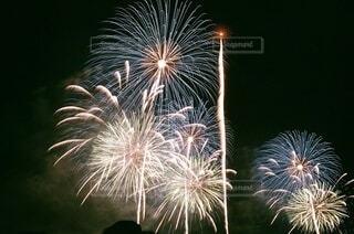 フィルム写真で撮影した花火の写真・画像素材[3690014]