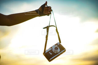 空,カメラ,夕日,手,光,手持ち,人物,ポートレート,夕陽,フィルム,ライフスタイル,フィルムカメラ,手元