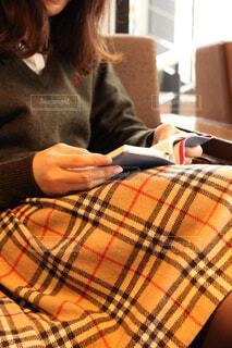 椅子に座って読書をする女性の写真・画像素材[3702848]