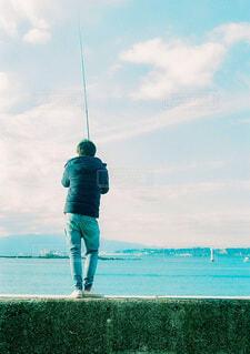 海辺で釣りをしている男性の写真・画像素材[3798231]