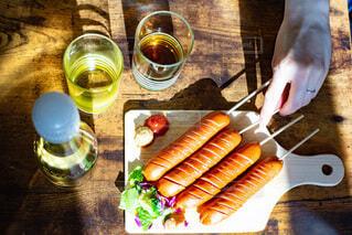 食べ物,飲み物,屋内,手,家,テーブル,人,ソーセージ,パーティー,ホームパーティー
