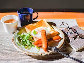 食べ物,食事,朝食,本,パン,眼鏡,テーブル,皿,スープ,食器,サラダ,カップ,朝,朝ごはん,ブレックファースト,ソーセージ,ブランチ