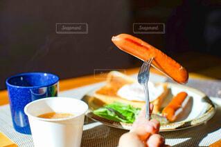 食べ物,食事,朝食,手,パン,テーブル,皿,食器,サラダ,朝ごはん,ブレックファースト,ソーセージ,ブランチ