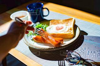 食べ物,食事,朝食,本,手,パン,眼鏡,フォーク,テーブル,皿,食器,サラダ,カップ,朝,朝ごはん,ブレックファースト,ソーセージ,ブランチ