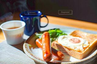 テーブルの上の朝食とコーヒーとスープの写真・画像素材[3933211]
