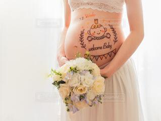 マタニティフォトを撮影している妊婦の写真・画像素材[4060677]