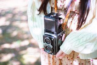 フィルムカメラを持って撮影をする女性の写真・画像素材[4060676]