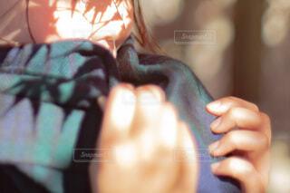 マフラーを巻いている女性の手のクローズアップの写真・画像素材[4143288]