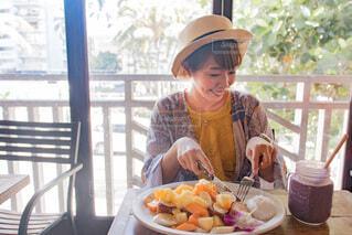 ハワイのパンケーキを笑顔で食べている女性の写真・画像素材[4171736]