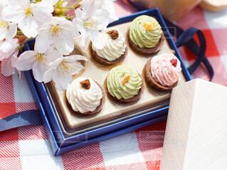 箱に入ったホワイトデーのスイーツギフトと桜の写真・画像素材[4285356]