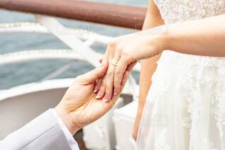 花嫁の手を取る新郎の手の写真・画像素材[4336073]