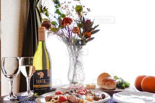 テーブルの上のサンタカロリーナと料理と花瓶の写真・画像素材[4338078]