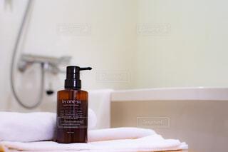 浴室に置かれたバイワンシーとタオルの写真・画像素材[4398538]