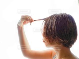 髪の毛を触る女性の写真・画像素材[4398568]